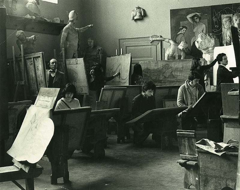 Lezioni di disegno nella gipsoteca dell'Accademia Carrara, 1973